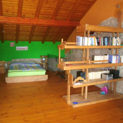 Doppelbett in der oberen Etage